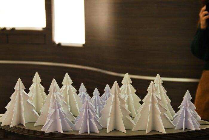 foret-de-sapin-scenographie-de-vitrines-paper-art-origami-bijouterie-lamy-annecy-laure-devenelle