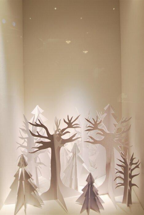 foret-arbres enneiges-scenographie-de-vitrines-paper-art-kirigami-superposition-de-papier-bijouterie-lamy-annecy-laure-devenelle
