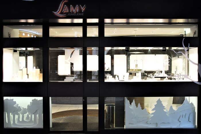 devanture-magasin-foret-de-sapin-scenographie-de-vitrines-paper-art-kirigami-superposition-de-papier-bijouterie-lamy-annecy-laure-devenelle