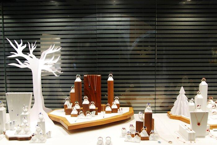 arbre-scenographie-de-vitrines-paper-art-kirigami-superposition-de-papier-bijouterie-lamy-annecy-laure-devenelle