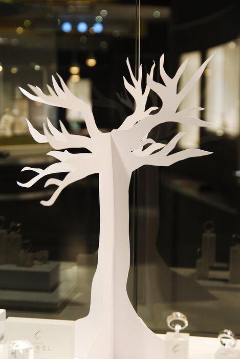 arbre-vitrines-paper-art-kirigami-superposition-de-papier-bijouterie-lamy-annecy-laure-devenelle