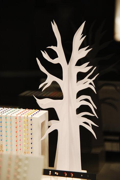 arbuste-scenographie-de-vitrines-paper-art-kirigami-superposition-de-papier-bijouterie-lamy-annecy-laure-devenelle