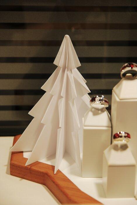 sapin-sculpture-vitrines-paper-art-origami-superposition-de-papier-bijouterie-lamy-annecy-laure-devenelle