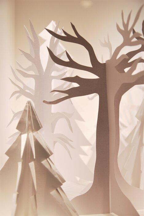 foret-de-sapin-zoom-scenographie-de-vitrines-paper-art-kirigami-superposition-de-papier-bijouterie-lamy-annecy-laure-devenelle