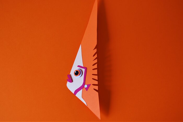 poissons-triangle-orange-fish-paper-art-scenographie-de-vitrine-pour-Muriel-gants-Paris-Laure-Devenelle