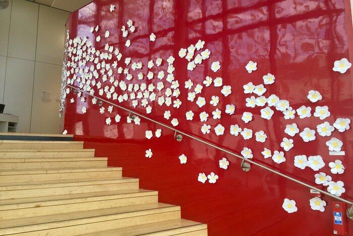 Flora-oeuvre-participative-fleur-papier-installation-exposition-personnelle-metamorphoses-Lamaziere-cormeilles-en-parisis-©-Laure-Devenelle-2018