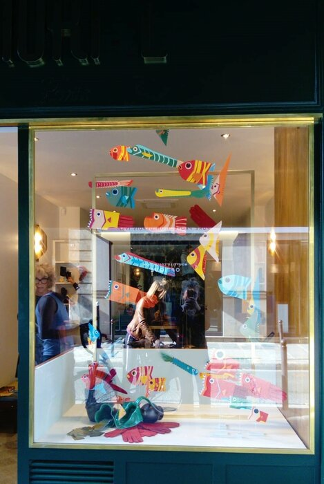 windows-display-poissons-fish-paper-art-scenographie-de-vitrine-pour-Muriel-gants-Paris-Laure-Devenelle
