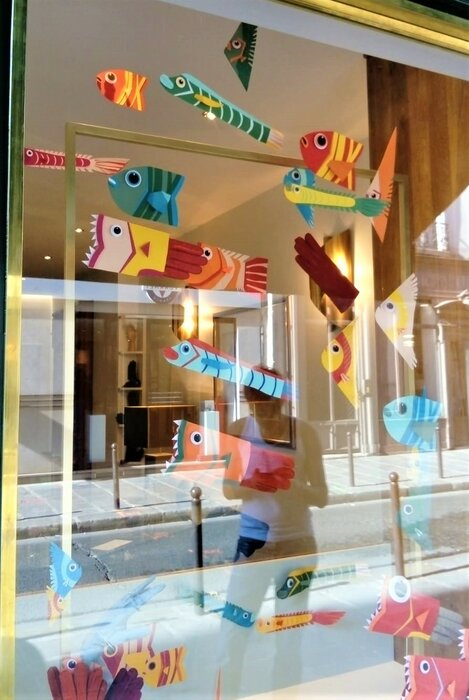 windows-display-zoom-poissons-fish-paper-art-scenographie-de-vitrine-pour-Muriel-gants-Paris-Laure-Devenelle