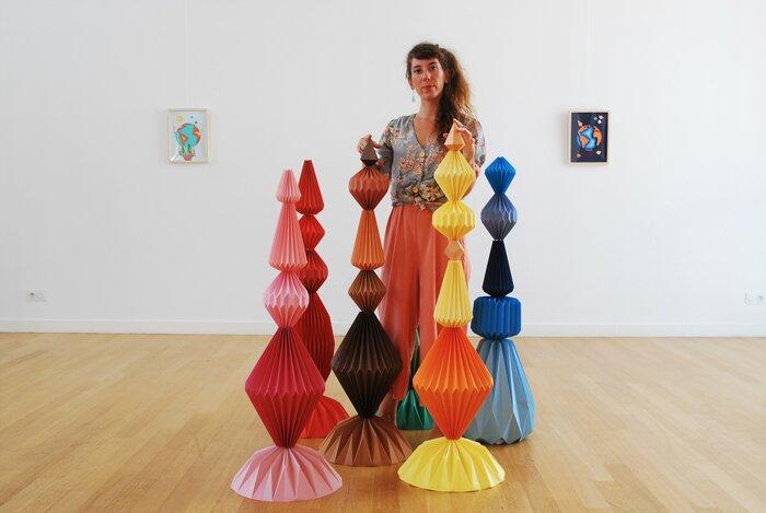 Exposition-personnelle-carte-blanche-lamaziere-Sculptures-6-Totems-pliage-homme-mineral-creation-Origami-papier-©-Laure-Devenelle,-2018
