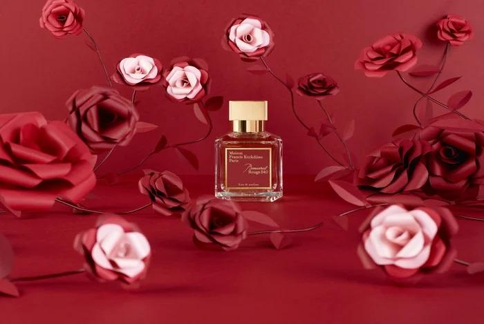 Roses-set-design-paper-flower-maison-Francis-Kurkdjian-parfum-nouvel-an-chinois-2020-Laure-Devenelle