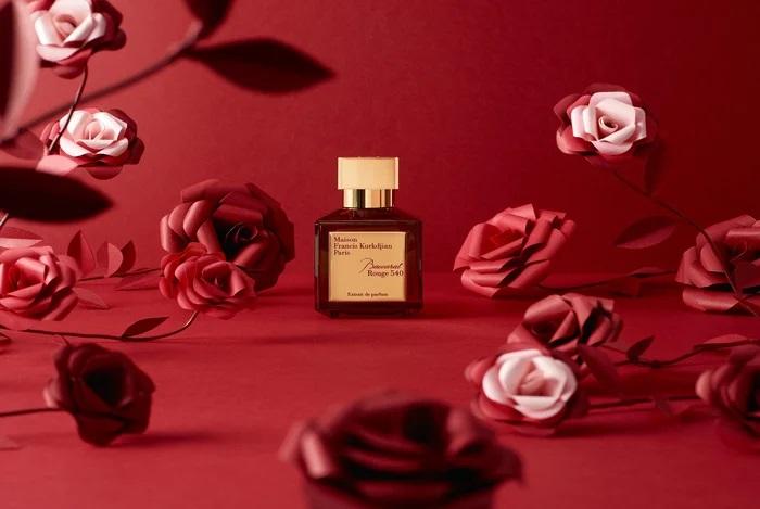 Roses-set-design-paper-rouge-maison-Francis-Kurkdjian-parfum-nouvel-an-chinois-2020-Laure-Devenelle