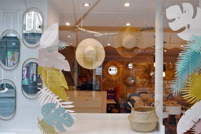Scenographie de vitrine, paper art, feuillage été, pour les boutiques Labelle: comptoir de créateurs de bijoux, 2019, Paris, Laure Devenelle