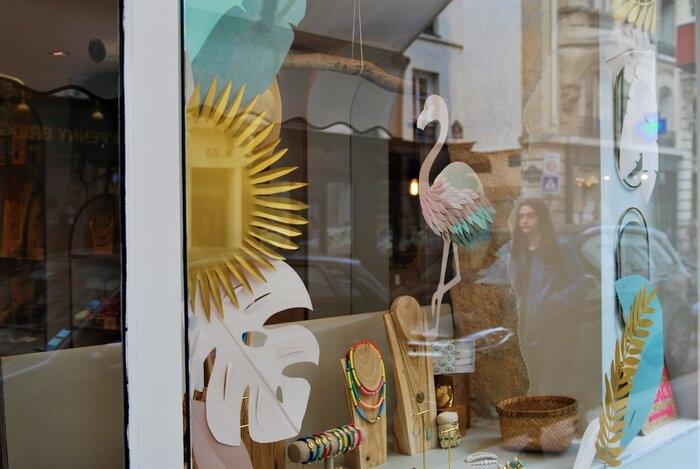 Zoom, Scenographie de vitrine, paper art, feuillage été, pour les boutiques Labelle: comptoir de créateurs de bijoux, 2019, Paris, Laure Devenelle