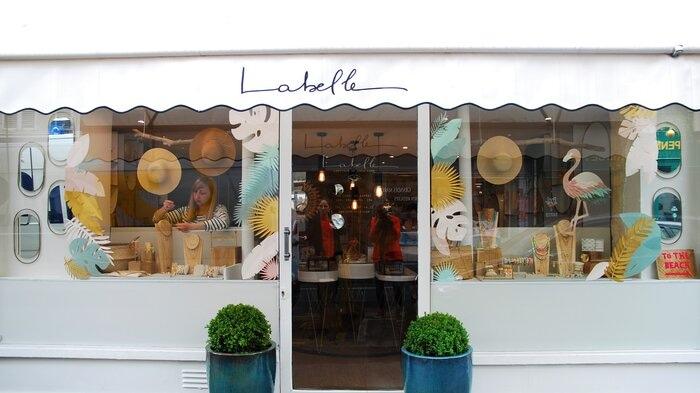 Windows display, vitrines paper art, feuillage été, pour les boutiques Labelle: comptoir de créateurs de bijoux, 2019, Paris, Laure Devenelle