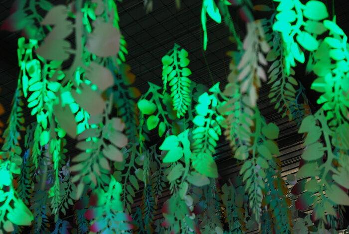 grappe-wisteria-Perrier-Jouet-lumière-feuille-glycine-drop-paper-installation-Laure-Devenelle