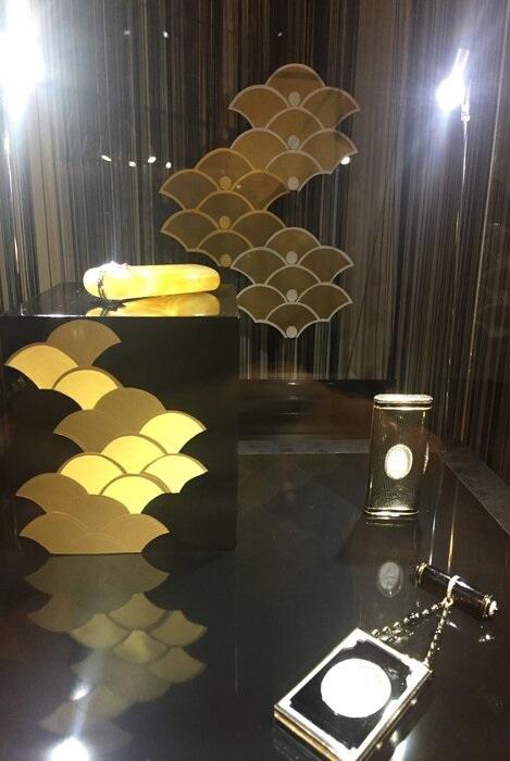 Ecaille-or-vitrine-scenographie-art-nouveau-exposition-paper-art-creation-Laure-Devenelle-Maison-Christies-Paris-2019