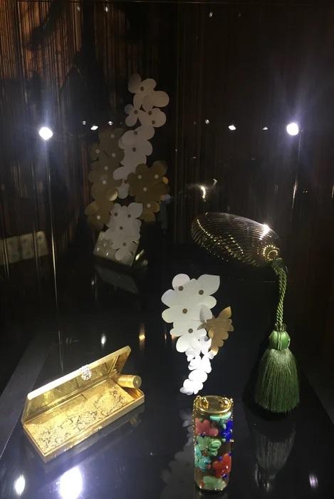 vitrine-grappe-fleur-or-art-nouveau-exposition-paper-art-creation-Laure-Devenelle-Maison-Christies-Paris-2019