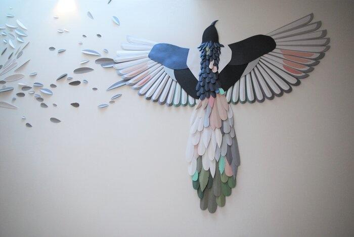 Installation-Oiseau-en-papier-plumes-paper-art-Laure-Devenelle