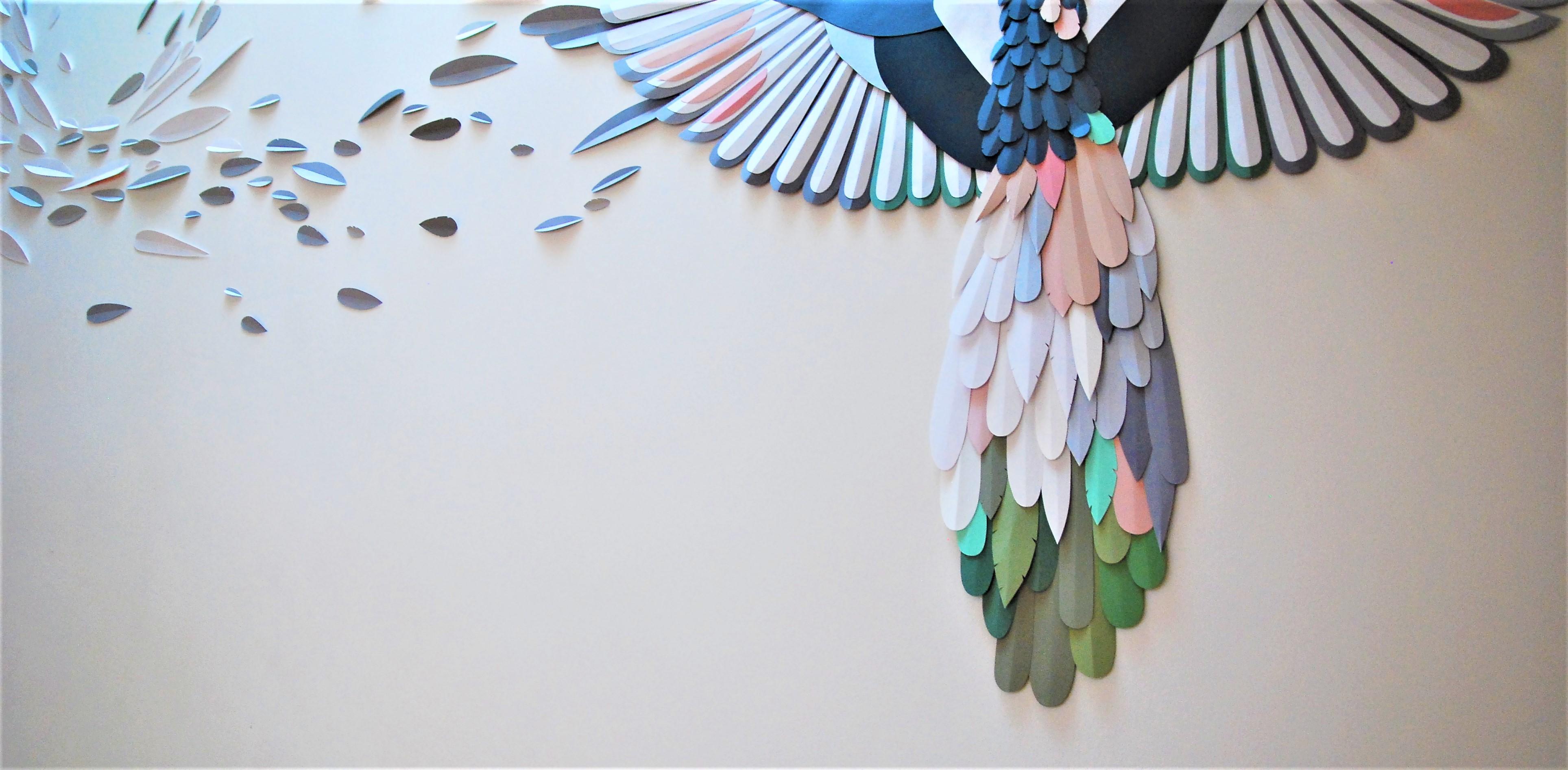 envolee-papier-installation-murale-zoom-queue-oiseau-plumes-Laure-Devenelle-2020