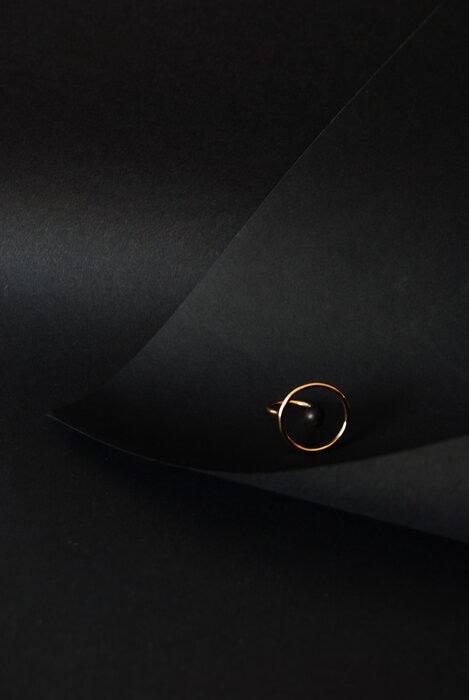 Set-Design-bague-MAM-bijou-mis-en-valeur-par-feuille-papier-noir-Laure-Devenelle-2020