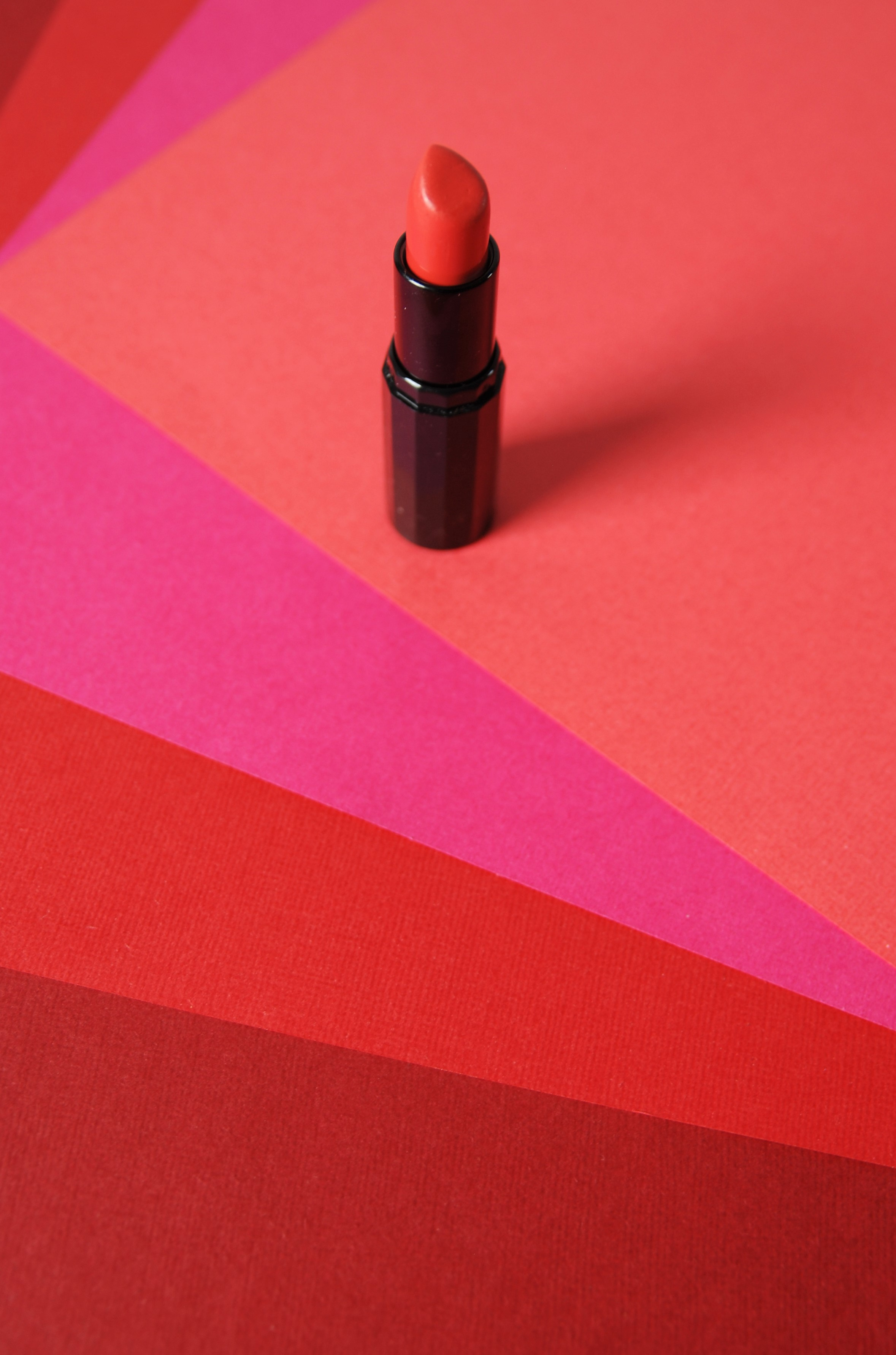 Set-Design-rouge-a-levres-arc-en-ciel-papiers-roses-Laure-Devenelle-2020
