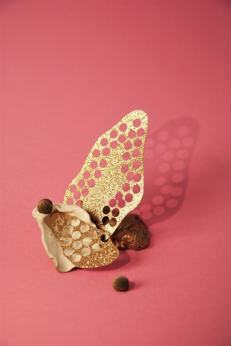 Set-Design-bijoux-boucles-coquillages-papiers-pailletés-Laure-Devenelle-2020
