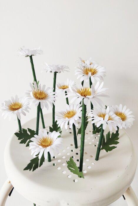 Marguerites-paper-art-sculpture-fleurs-papiers-découpés-sur-tabouret-laure-devenelle