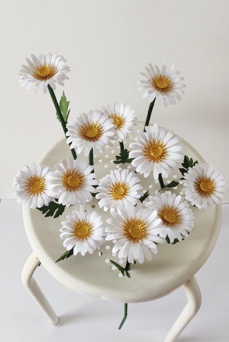 Marguerites-paper-art-vue-du-dessus-sculpture-fleurs-papiers-découpés-sur-tabouret-laure-devenelle