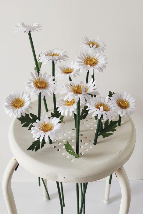 Marguerites-paper-sculpture-fleurs-papiers-découpés-sur-tabouret-laure-devenelle
