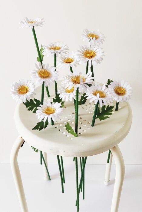 Jardin-marguerites-paper-art-sculpture-fleurs-papiers-découpés-sur-tabouret-laure-devenelle